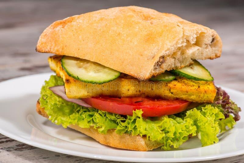 Close-upbeeld van vegetarische sandwich met tofu stock fotografie