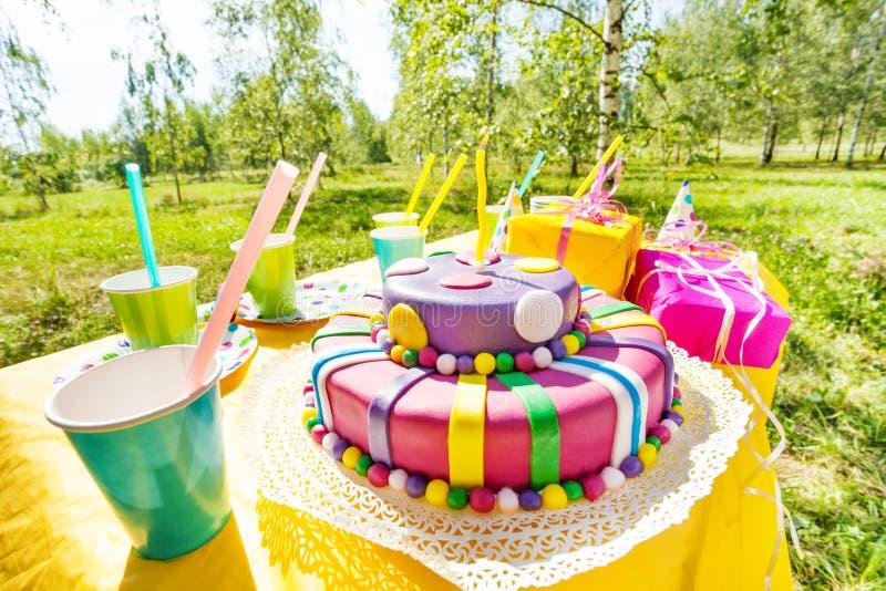Close-upbeeld van verjaardagscake op feestelijke lijst royalty-vrije stock foto's