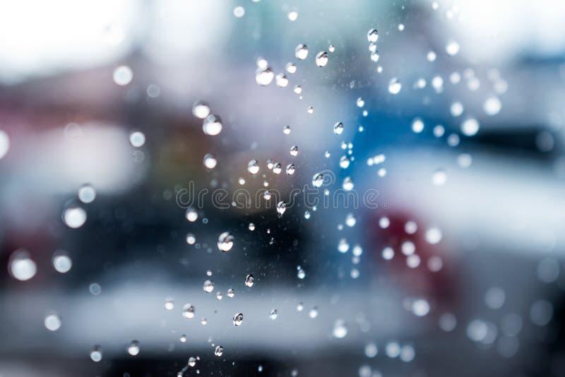 Close-upbeelden van waterdalingen op het venster stock foto