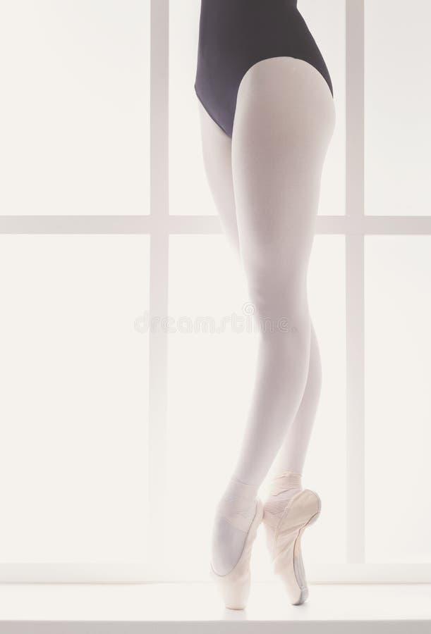 Close-upbenen van jonge ballerina in pointeschoenen, balletpraktijk royalty-vrije stock afbeelding