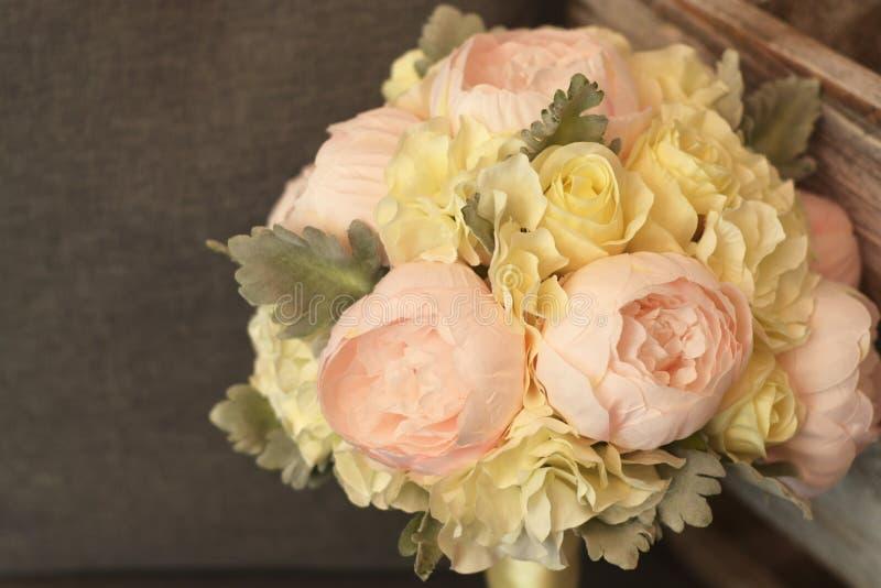 Close-upboeket van bloemen met pioenen Mooie bruids, huwelijksbloemen stock afbeelding