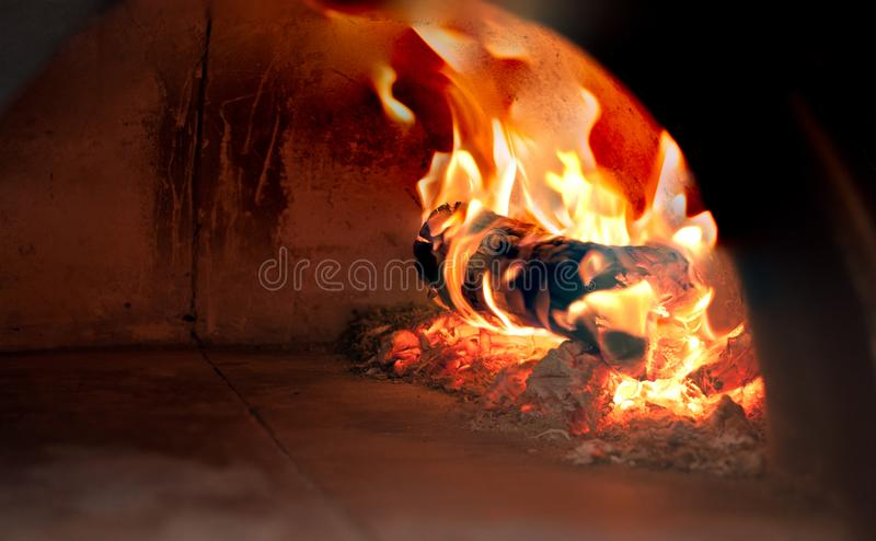 Close-upbrandhout en houtskool in fornuis stock afbeeldingen