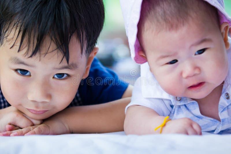 Close-upbroer en zuster die gelukkig hebben samen stock foto