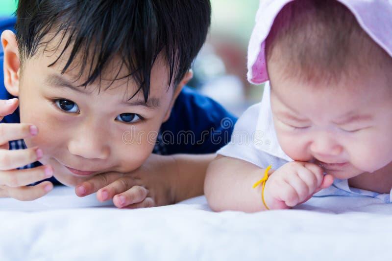 Close-upbroer en zuster die gelukkig hebben samen stock fotografie