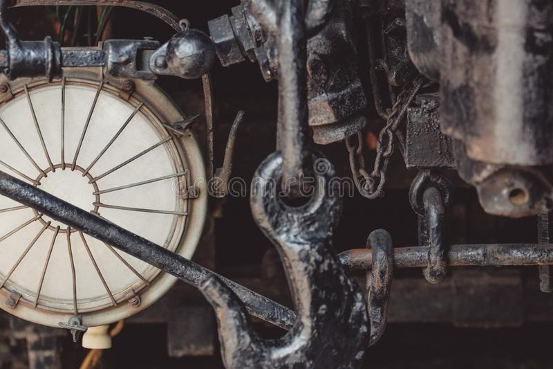 Close-updetail van de geroeste metaalbevestigingsmiddelen van een oude spoorwegauto stock afbeeldingen