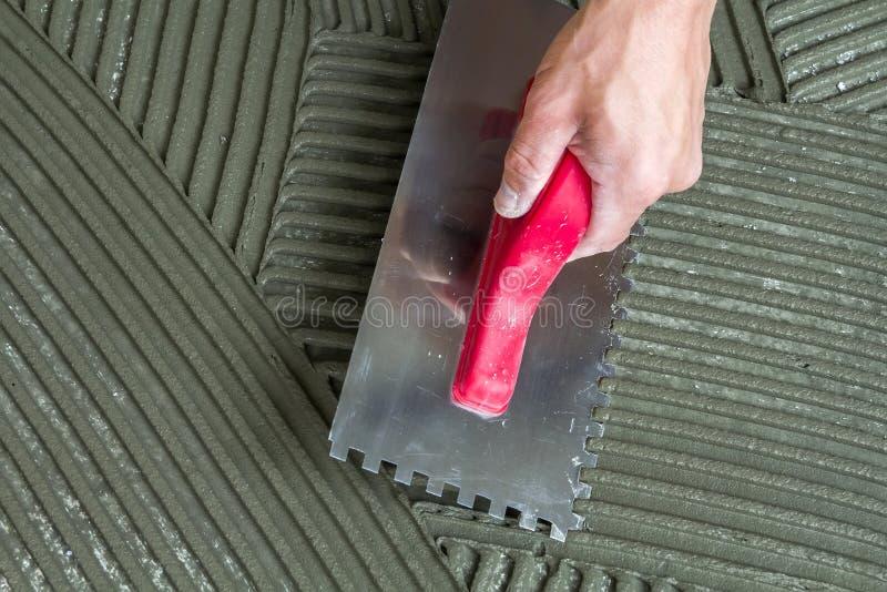Close-updetail van de installatie van vloertegels Het huisverbetering, r stock fotografie