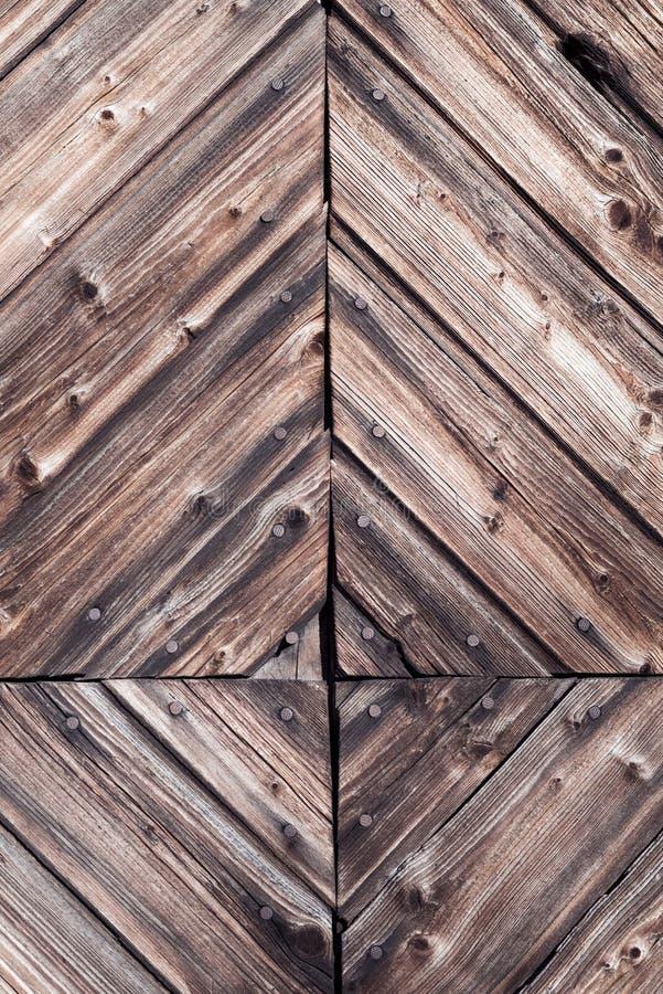 Close-updetail van decoratieve rustieke houtbewerking en spijkers met natuurlijk doorstaan donker uitstekend hout op een landelij royalty-vrije stock fotografie