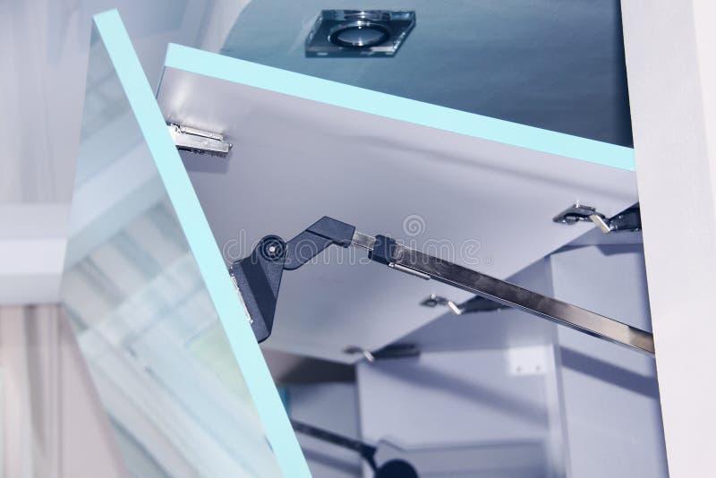 Close-updetail van een actuator scharnier op deur van een keukenkast royalty-vrije stock afbeelding