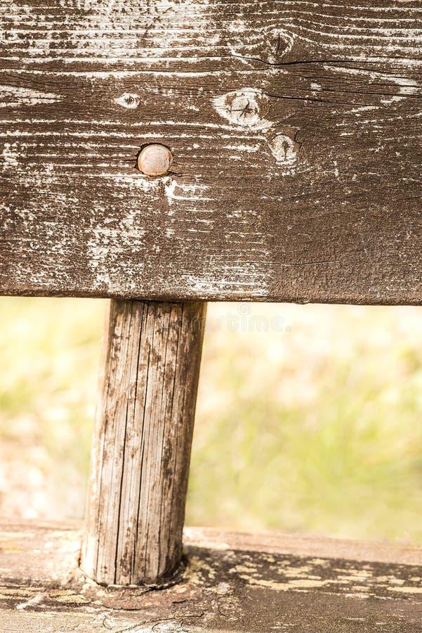 Close-updetail van een doorstane en natuurlijke langzaam verdwenen landelijke houten die bank in het platteland wordt veronachtza royalty-vrije stock foto's