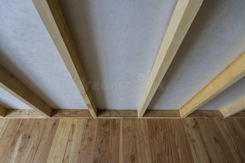 Close-updetail van lege ruimte in aanbouw en vernieuwing met plank eiken vloer en houten houtkader voor toekomstige verdeling stock afbeelding