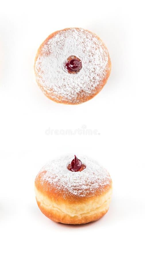 Close-updetail van smakelijke die doughnut met poeder en jam, op witte achtergrond wordt geïsoleerd stock fotografie