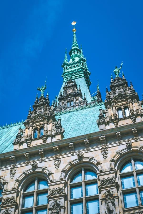 Close-updetails van de verticale Stadhuistorens Hamburg, Duitsland royalty-vrije stock foto's