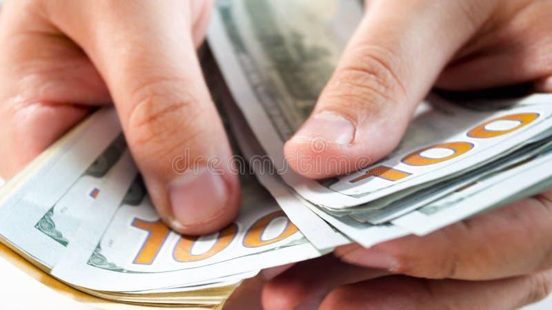 Close-upfoto die van de mens zijn geld tellen royalty-vrije stock fotografie