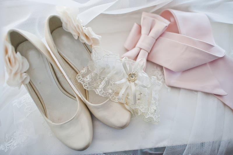 Close-upfoto van bruids beige huwelijkshielen, kantkouseband en pi royalty-vrije stock fotografie