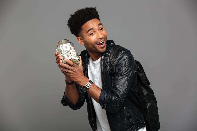 Close-upfoto van de knappe gelukkige afro Amerikaanse mens in leer ja royalty-vrije stock afbeeldingen