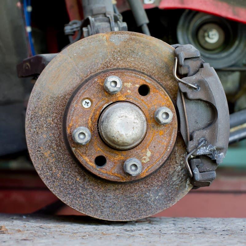 Close-upfoto van de remmen van de autoschijf het onderhouden stock fotografie