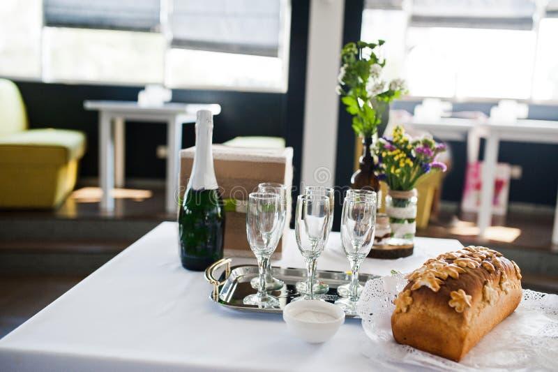Close-upfoto van een fles champagne, glazen, brood en zout stock afbeelding