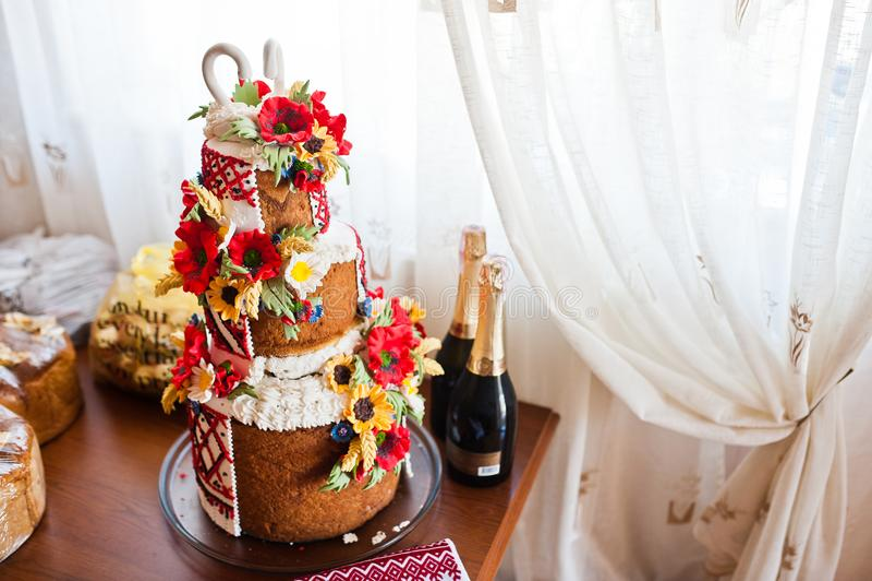 Close-upfoto van een huwelijkscake met gebakjebloemen die wordt verfraaid, stock afbeelding