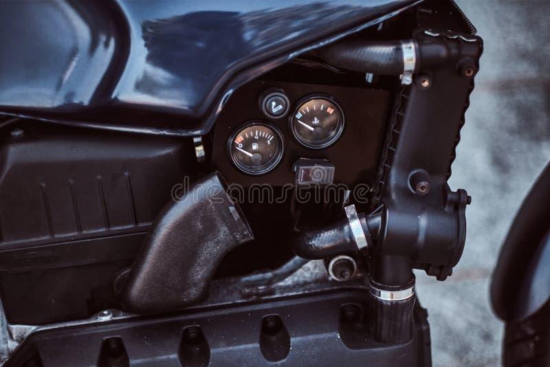 Close-upfoto van een naar maat gemaakte tank van de motorfietsbrandstof met sensoren stock afbeeldingen
