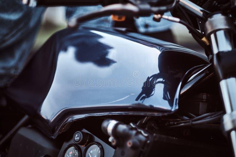 Close-upfoto van een naar maat gemaakte tank van de motorfietsbrandstof met sensoren royalty-vrije stock afbeeldingen
