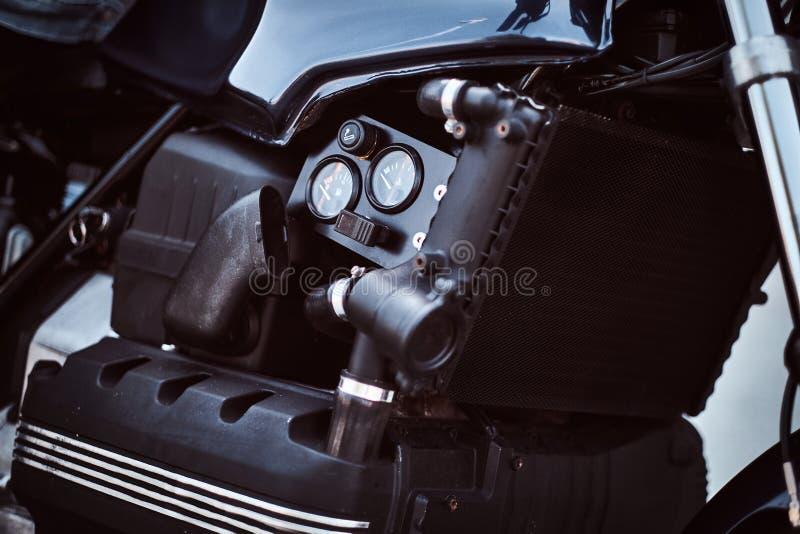 Close-upfoto van een naar maat gemaakte tank van de motorfietsbrandstof met sensoren royalty-vrije stock foto