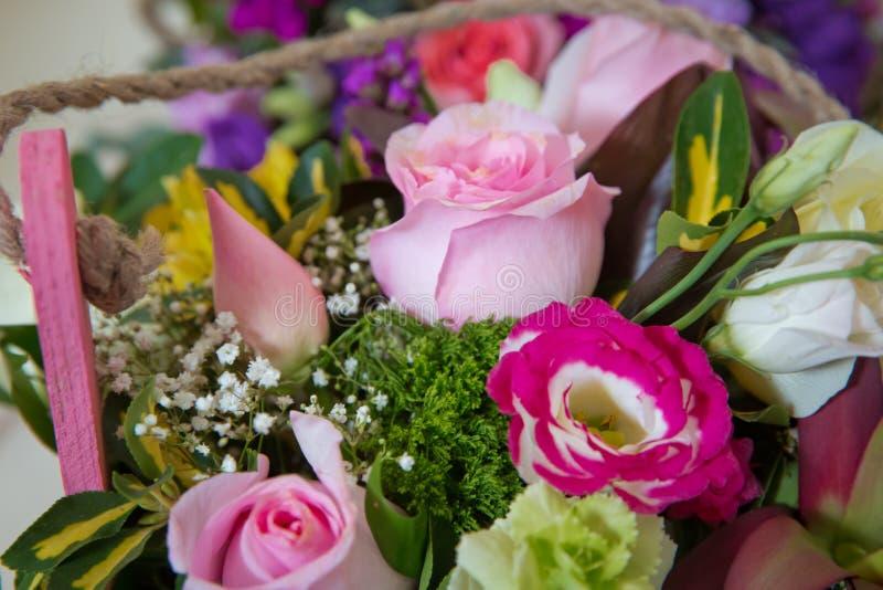 Close-upfoto van een rood, een roze en rozen bonteque achtergronden Nam in de dag van Valentine toe s Colorfullrozen royalty-vrije stock afbeeldingen