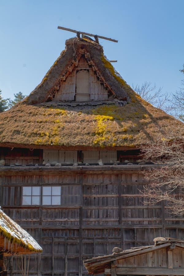 Close-upfoto van een traditioneel met stro bedekt van de dakhuis en opslag loodsen royalty-vrije stock afbeeldingen