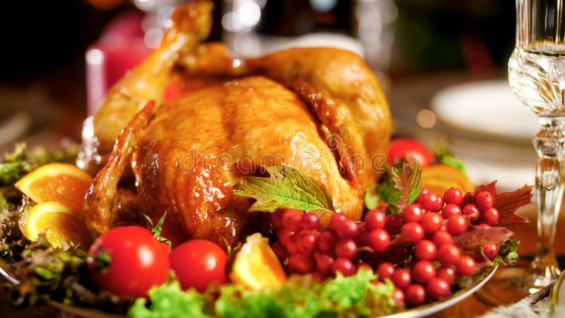 Close-upfoto van geroosterde kip op grote schotel op de lijst van het Kerstmisdiner royalty-vrije stock foto's