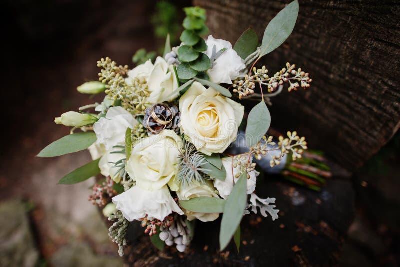 Close-upfoto van huwelijksboeket van witte rozen en andere wordt gemaakt die royalty-vrije stock afbeeldingen