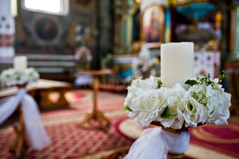 Close-upfoto van kaarsen die met bloemen voor huwelijk worden verfraaid cer royalty-vrije stock foto's