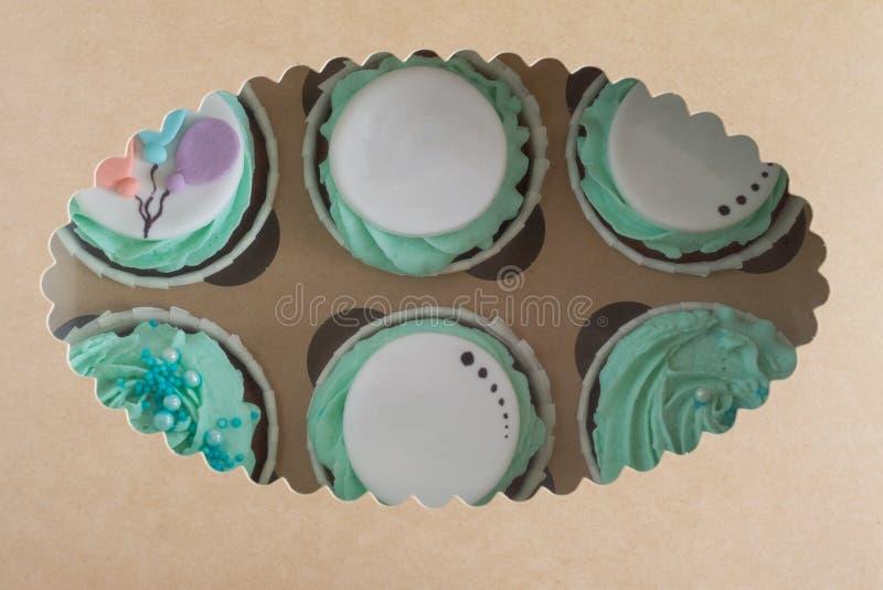 Close-upfoto van kleurrijke cupcakes in document vakje royalty-vrije stock afbeeldingen
