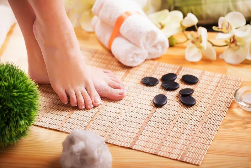Close-upfoto van mooie vrouwelijke voeten met Franse pedicure stock fotografie