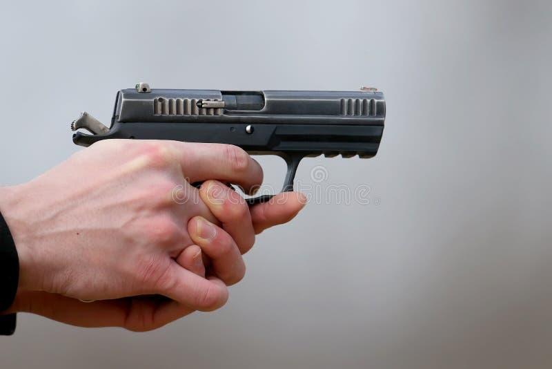 Close-upfoto van pistool het schieten royalty-vrije stock afbeeldingen
