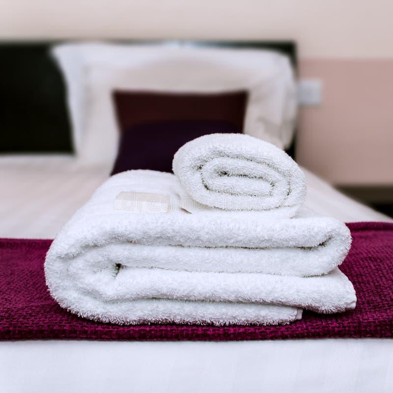 Close-upfoto van schone handdoeken en zeep in een hotel stock afbeeldingen
