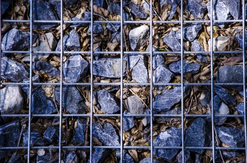 Close-upfoto van stenen in het net stock foto's