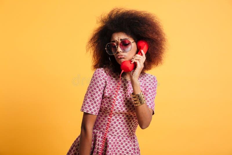Close-upfoto van verstoord retro meisje met afrokapsel die wi stellen stock afbeelding