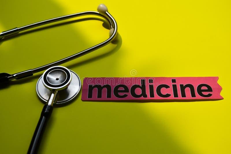 Close-upgeneeskunde met de inspiratie van het stethoscoopconcept op gele achtergrond stock fotografie