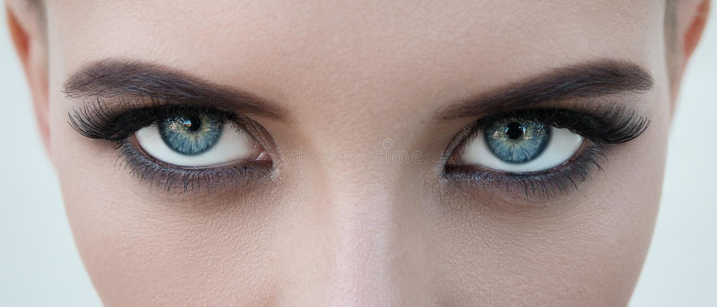 Close-upgezicht van mooi meisje met mooie grote blauwe ogen, groot e stock fotografie
