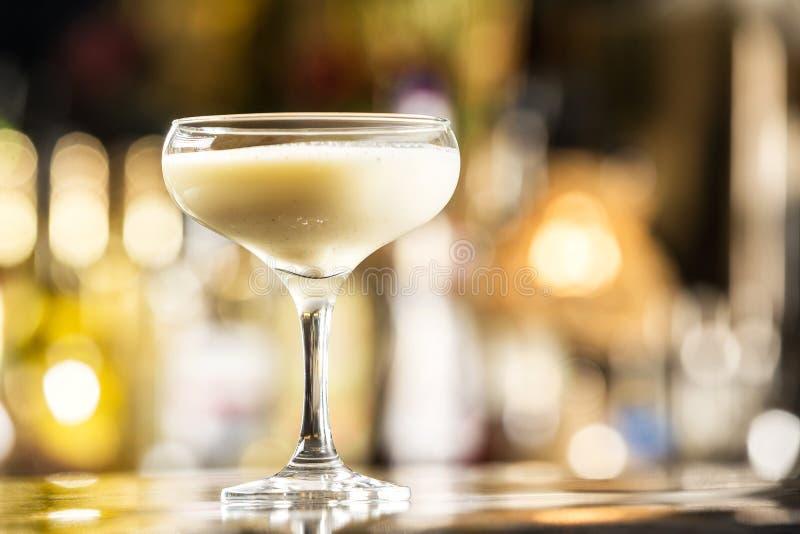 Close-upglas van melkalcoholische drank gebaseerde cocktail bij heldere barteller royalty-vrije stock foto