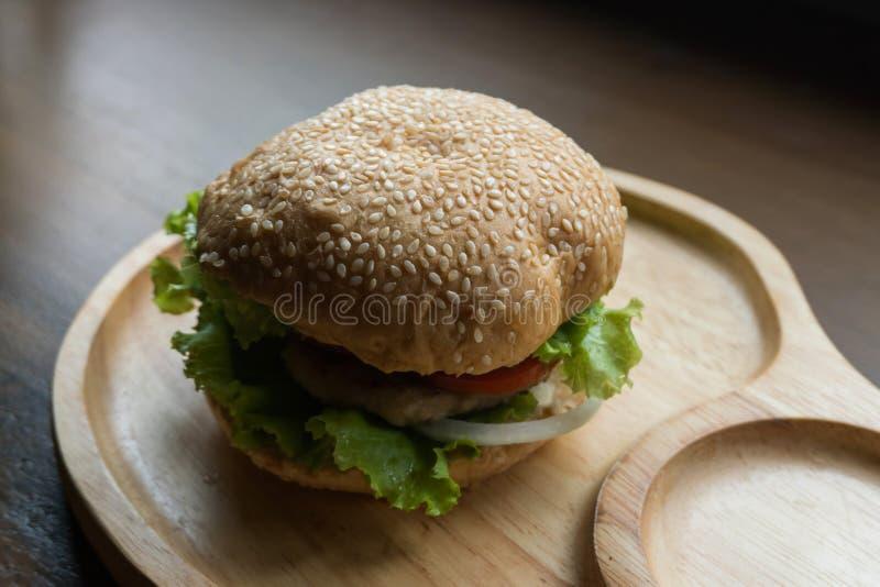 Close-uphamburger met verse groenten royalty-vrije stock afbeelding