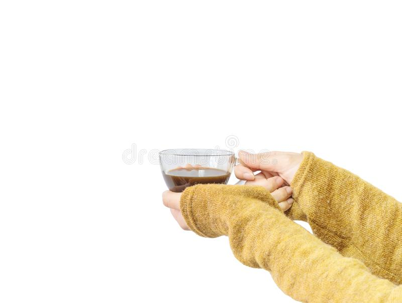 Close-uphand van de Aziatische hete zwarte koffie van de vrouwengreep in transparante die kop in de winter op witte achtergrond w stock afbeeldingen