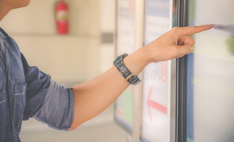 Close-uphand van een mens die vinger richten aan het scherm grote vertoning van een ordenvoedsel in de touch screenterminal of in stock afbeelding