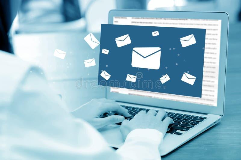 Close-uphand van onderneemster die een computertoetsenbord van het verzenden van e-mail gebruiken stock foto