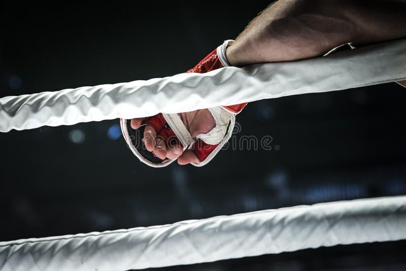 Close-uphand van vechter MMA in handschoen stock afbeelding