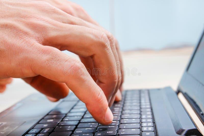 Close-uphanden bij laptop toetsenbord het typen royalty-vrije stock foto
