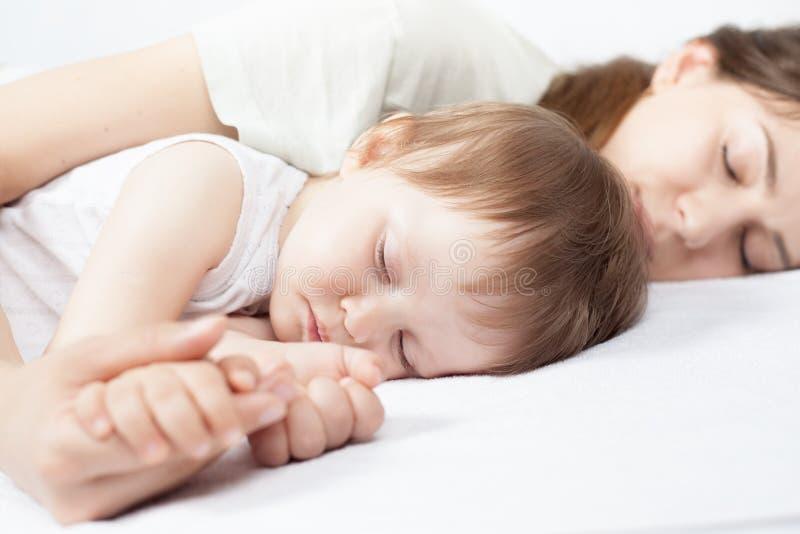Close-uphanden van moeder en baby stock foto's
