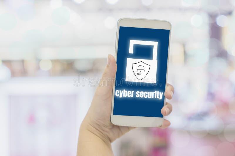 Close-uphanden van onderneemsterholding smartphones met pictogrammenhangslot en schild met het persoonlijke veiligheidsconcept he stock afbeeldingen