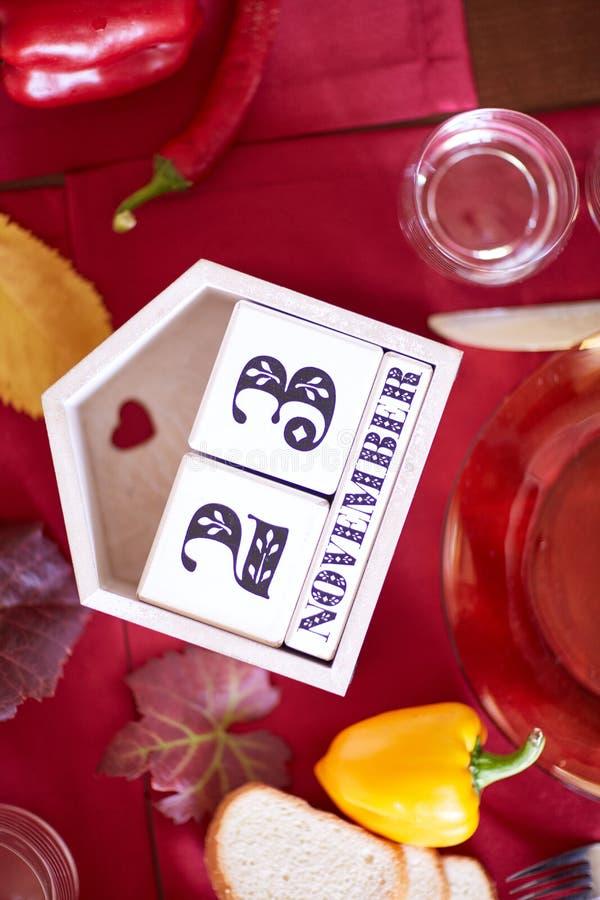 Close-upkalender met 23 November-datum op een lijstachtergrond Dankzeggingsdiner en viering royalty-vrije stock foto's