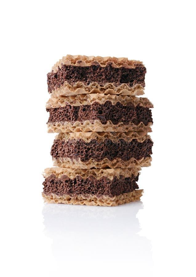 Close-upkoekjes met wafels en poreuze donkere chocolade stock foto's