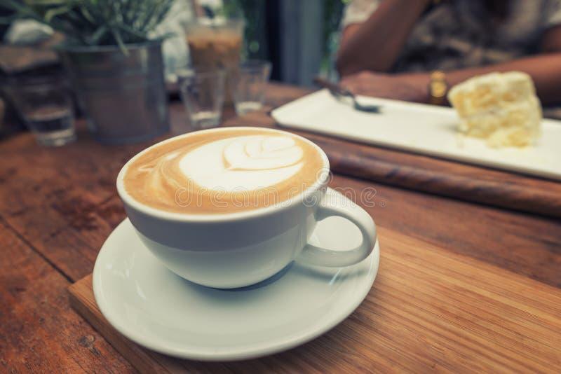 Close-upkop koffie en vrouwen die cakeachtergrond eten stock afbeeldingen